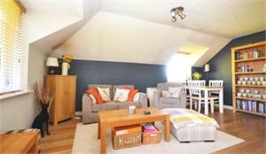 Room to rent in two bed flat. Near twickenham stadium.