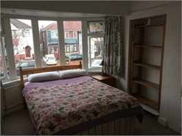 Spacious double room in friendly, professional household, in Perivale, Ealing